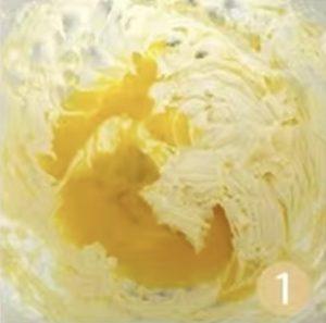 牛油融化,加糖加鹽,用電動打蛋器打發到變白膨脹,加入全蛋液繼續打發到混合均勻。
